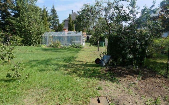 Garten mit Gewächshaus