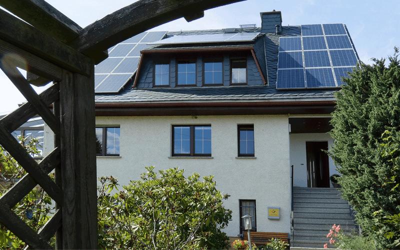 Eingangsseite-und-Solaranlage