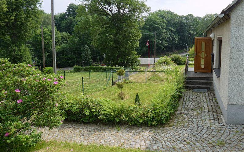 Eingangsbereich-und-Vorgarten